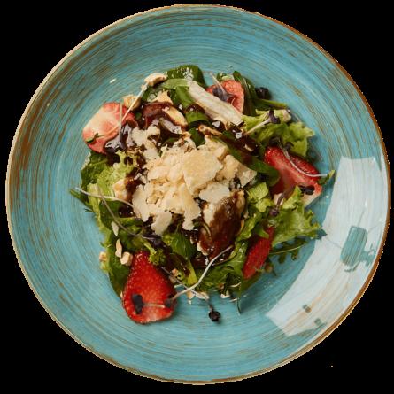 Салат з полуницею, куркою та шпинатом